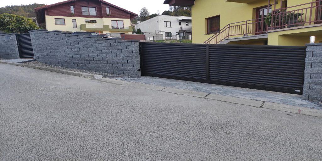 posuvná brána s bránou